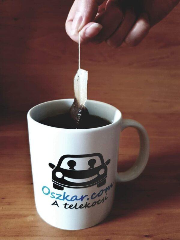 Tea készül az Oszkáros bögrében