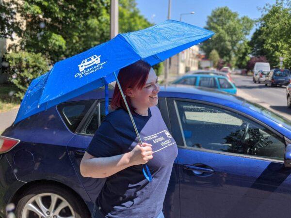 Oszkáros esernyő kocsi mellett