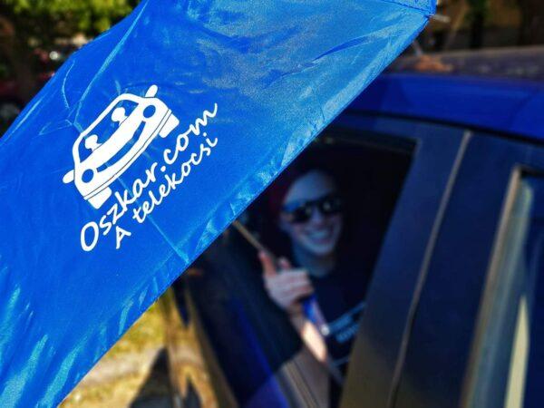 Oszkáros esernyő kocsiban