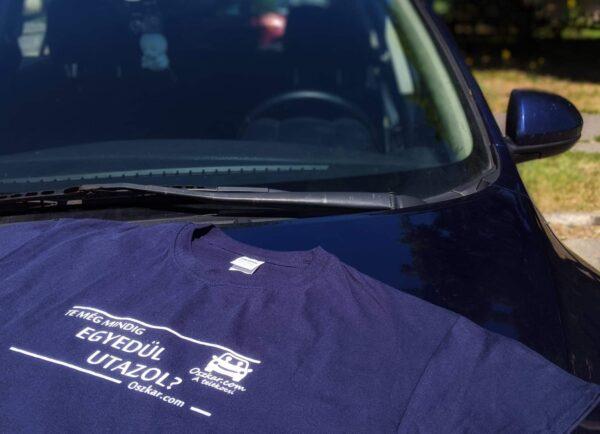 Oszkáros póló eleje motorháztetőn