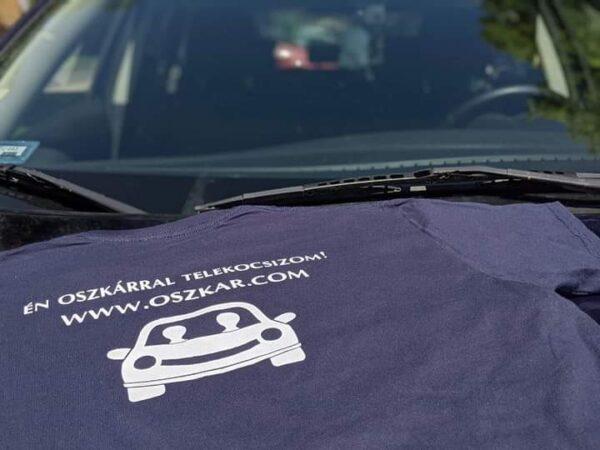 Oszkáros póló hátulja motorháztetőn