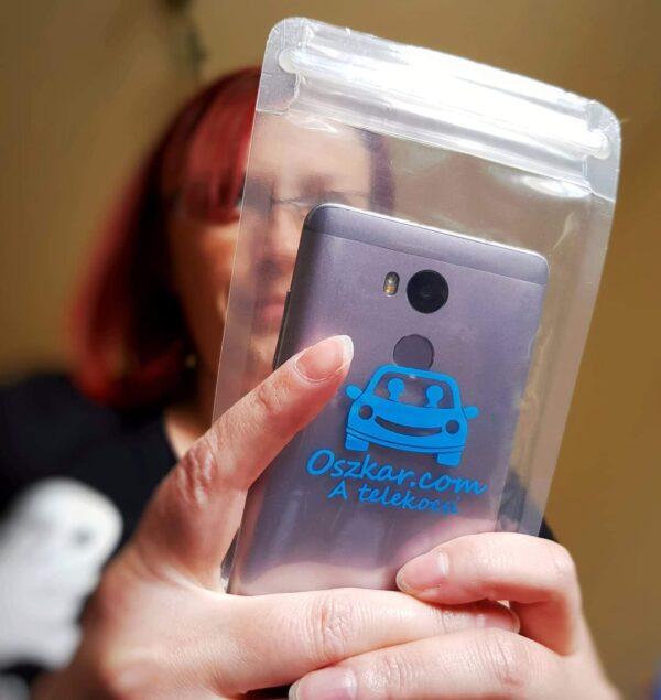 Oszkáros vízálló telefontok kézben