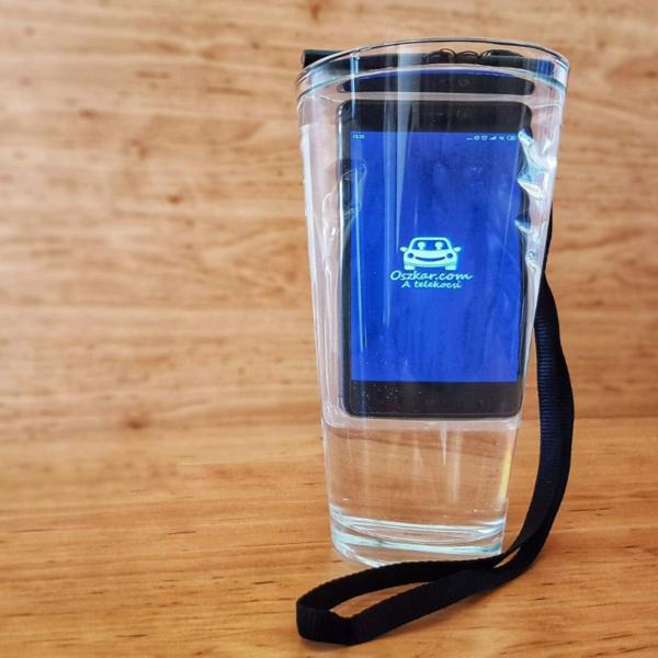 Oszkáros vízálló telefontok vízben